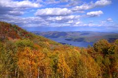 湖乔治, NY看法在从山上面的秋天 库存图片