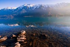 湖位于进一步在烟特勒根,Brienzersee北部在瑞士 位于在山之间的一个谷 免版税库存照片