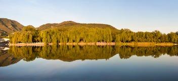 湖全景反映视图 库存图片