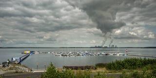 湖全景有游艇俱乐部和热电站的 免版税库存照片