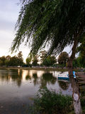 湖公园和小船 免版税库存照片