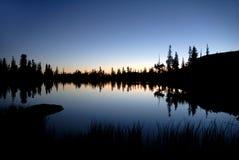 湖内华达反映山脉 库存照片