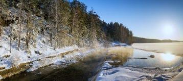 冻湖冬天全景在有雾的在水,俄罗斯一个多雪的森林里, 库存图片