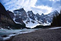 湖冰碛在一冷的晚春天 免版税库存照片