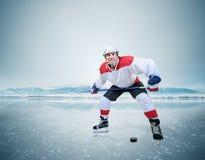 湖冰表面上的曲棍球运动员  免版税库存照片