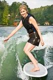 湖冲浪的妇女 免版税库存图片