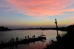 湖剪影在日落期间的 免版税库存照片