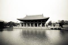湖包围的韩国宫殿亭子 库存图片