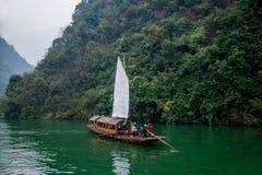 湖北八洞长江巫峡嘴链子Zixi航行 免版税库存图片