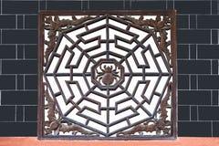 湖北恩施市,林6月蜘蛛棒格栅寺庙  库存图片