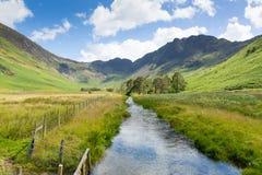 湖区河和干草堆山从Buttermere英国Cumbrian县在英国 免版税图库摄影