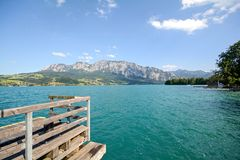 湖区Salzburger土地奥地利:在湖Attersee -奥地利阿尔卑斯的看法 免版税库存照片