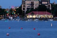 湖卡尔霍恩北部度假区和住宅区米尼亚波尼斯在晚上 免版税图库摄影