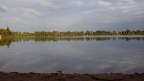 湖反射下午 免版税库存照片