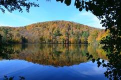 湖反射在佛蒙特山上面的秋天 图库摄影