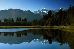 湖反射性matheson的山 库存图片