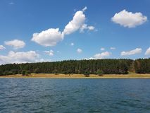 湖和一些土地 免版税库存照片