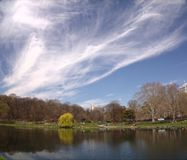 湖和云彩在城市 库存图片