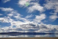 湖和云彩 库存图片