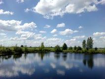 湖和云彩 库存照片