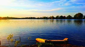 湖和划艇 免版税库存照片