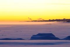 冻湖和北部城市 库存照片