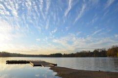 湖和天空在加拿大 免版税图库摄影