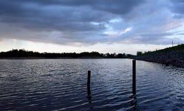 湖和天空看法在晚上时间 图库摄影