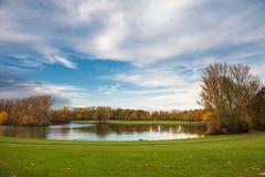 湖和天空 免版税库存照片
