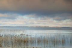湖和天空 免版税库存图片