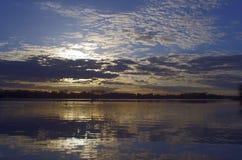 湖和天鹅在日落, 图库摄影