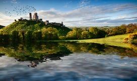 湖和小山与废墟风景 免版税图库摄影