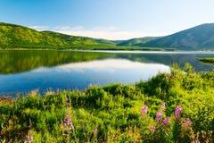 湖和小山风景 免版税图库摄影