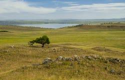 湖和小山 免版税图库摄影