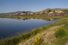 湖和小山 免版税库存照片