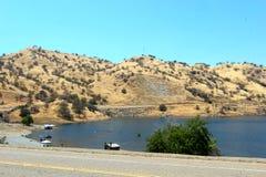 湖和小山 图库摄影