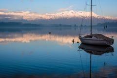 湖和小船 免版税库存图片