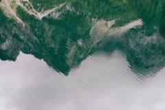 湖和山反射起波纹的表面  免版税库存图片