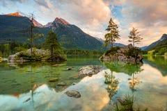 湖和山在日出 免版税库存照片