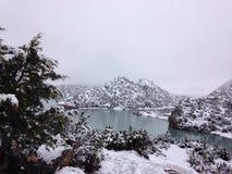 湖和山在雪 免版税库存照片