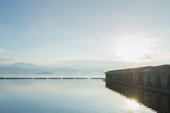 湖和山景在平静的早晨 免版税图库摄影