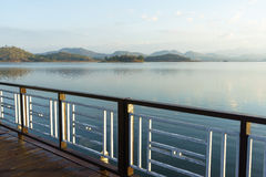湖和山景从浮动大阳台 免版税库存照片