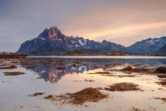 湖和山的温暖的颜色在日落 免版税库存图片