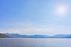 湖和山的看法在背景中 免版税库存照片