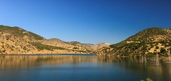 湖和山的看法 免版税图库摄影
