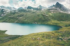 湖和山脉风景夏天旅行平静风景 库存照片