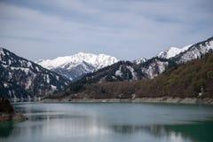 湖和山风景从Kurobe水坝在馆山Kurobe 免版税库存图片
