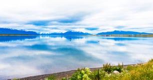 湖和山风景,纳塔莱斯港,智利的看法 复制文本的空间 免版税库存图片