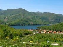 湖和山,美好的风景 免版税库存图片