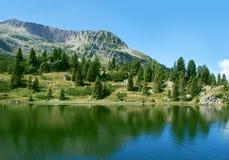 湖和山 免版税库存照片